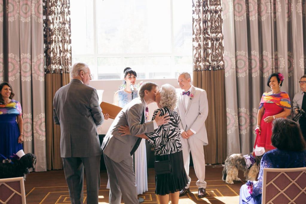 bobby kisses his mother alisa tongg celebrant elaine zelker photography