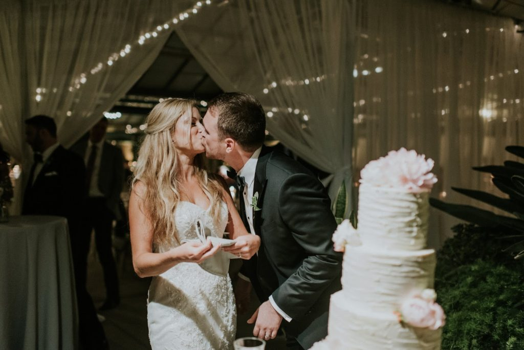cake kiss alisa tongg celebrant horticultural center wedding m2 photography