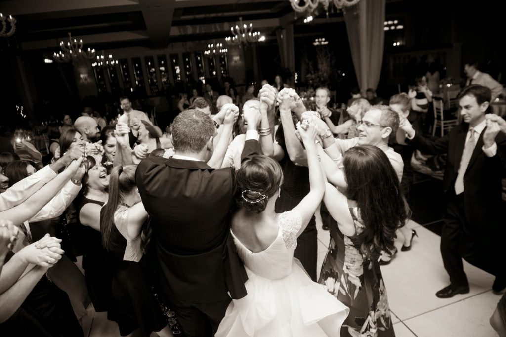 everyone together in a circle on the dance floor vie alisa tongg celebrant heather fowler photography 1